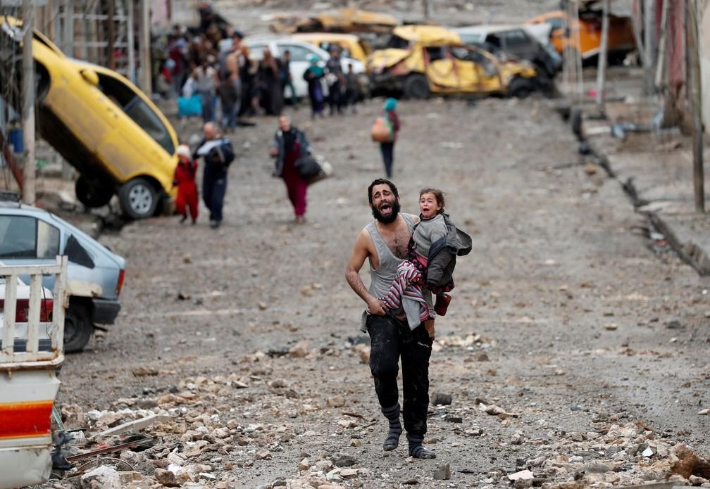 Homem e criança choram ao fugir de área de Mossul controlada pelo Estado Islâmico  (Foto: Goran Tomasevic/ Reuters)