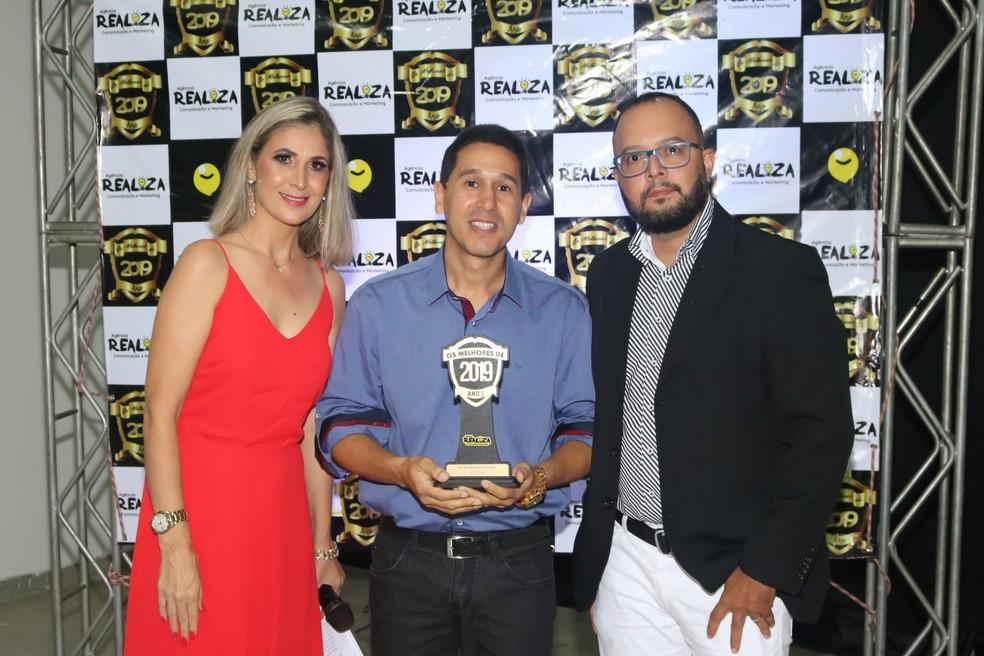 Izidro Vasconcelos (Sócio Proprietário da Reciclanet) ao lado dos apresentadores de uma premiação local de Melhor Provedor de Internet do ano de 2019 — Foto: Mateus Fonseca