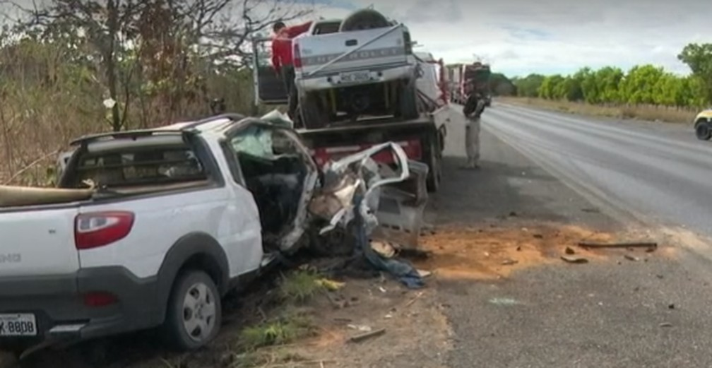 Homem morre e quatro ficam feridos após batida entre picape e caminhonete no oeste da Bahia — Foto: Reprodução / TV Bahia