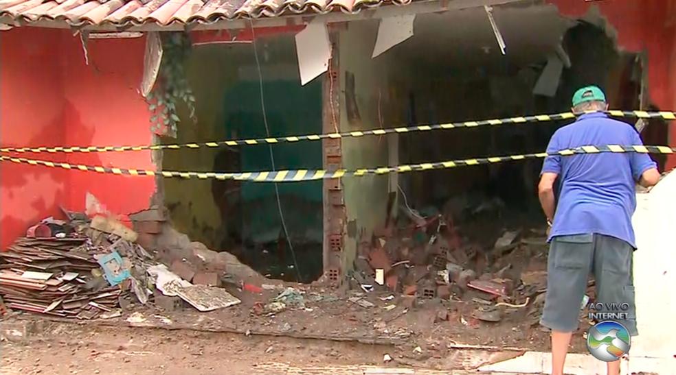 Muro de casa caiu durante a chuva (Foto: Reprodução/TV Asa Branca)