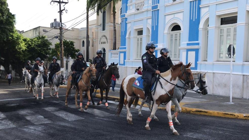 Cavalaria da PM faz ronda no entorno da Assembleia Legislativa  (Foto: Ítalo Di Lucena/Inter TV Cabugi)