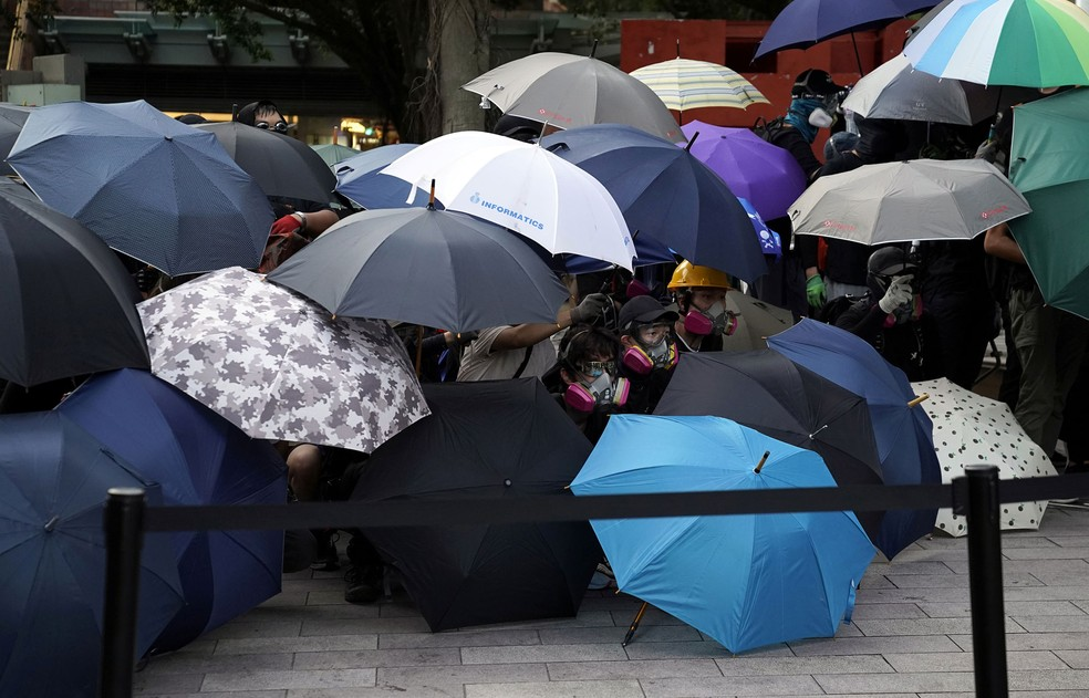 Protesters use parasols to protect themselves from police in Sha Tin, Hong Kong - Photo: Aly Song / Reuters