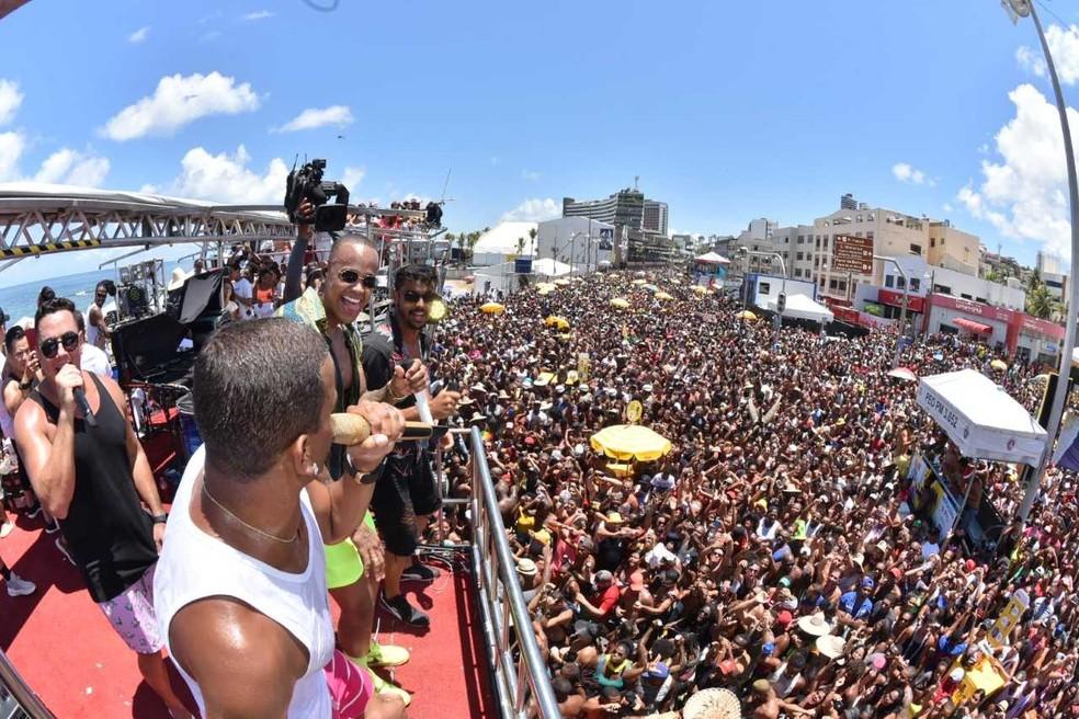 Festa reúne milhares de pessoas na orla de Salvador. Foto tirada em 2019 — Foto: Max Haack