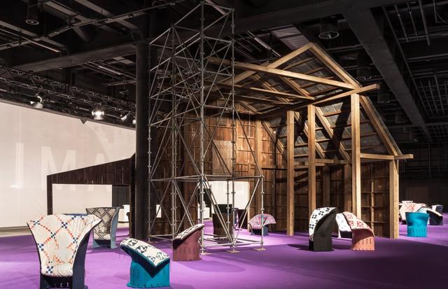 A instalação da Calvin Klein que apresenta as cadeiras da parceria da grife com a Cassina na Design Miami/Basel (Foto: Divulgação)