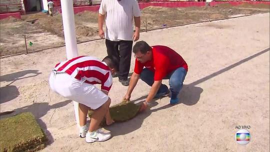 Presidente Edno Melo e sócios iniciam plantio de gramado dos Aflitos