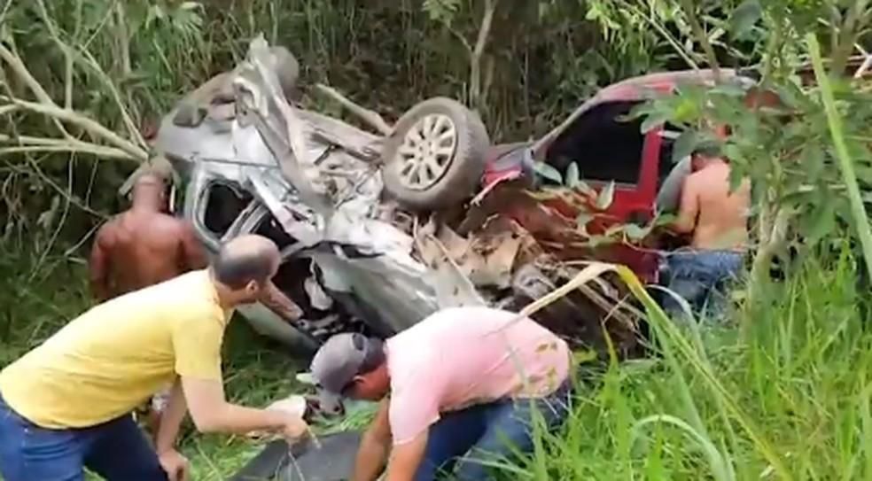Batida entre duas caminhonetes e um carro deixa feridos no sul da Bahia — Foto: Reprodução / TV Santa Cruz