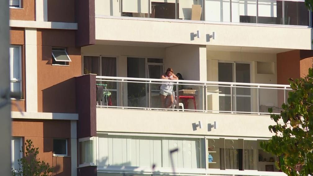Márcia Aguiar, mulher de Queiroz, na varanda do apartamento onde cumpre prisão domiciliar — Foto: Evandro Cardoso/GloboNews