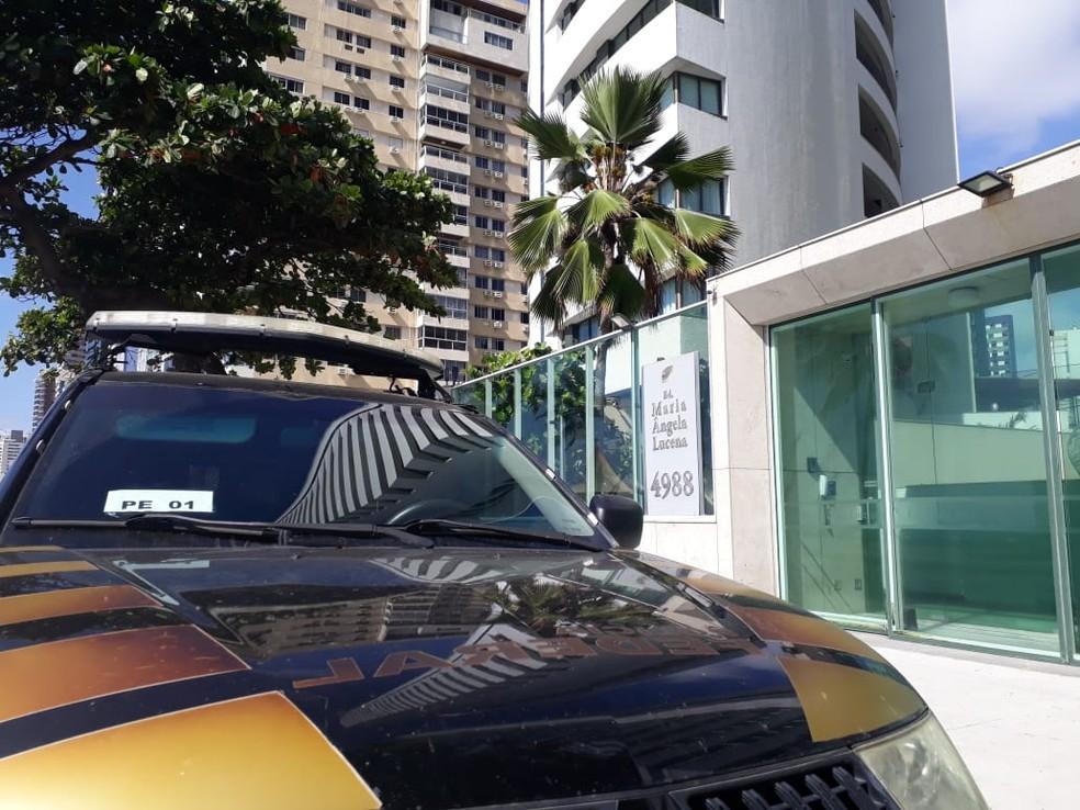 Equipe da Polícia Federal esteve em prédio na Avenida Boa Viagem, na Zona Sul do Recife, nesta sexta-feira (19), dentro da Operação Abismo — Foto: Clarissa Góes/TV Globo