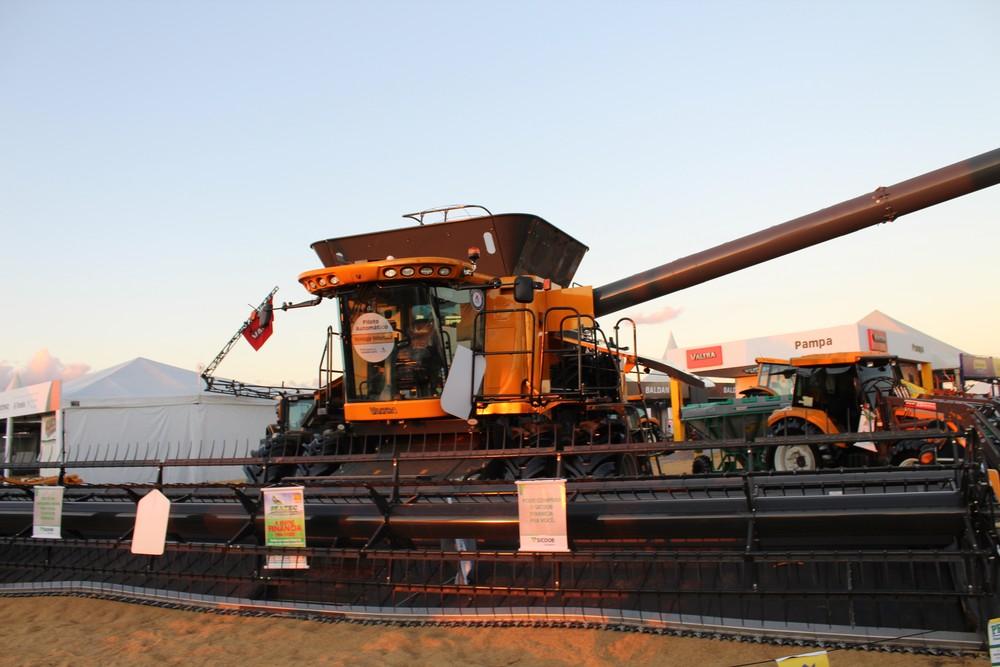 Maquina colheitadeira (Foto: Jonatas Boni)
