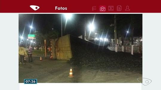 Carreta carregada de carvão tomba na BR-101 na Serra, ES