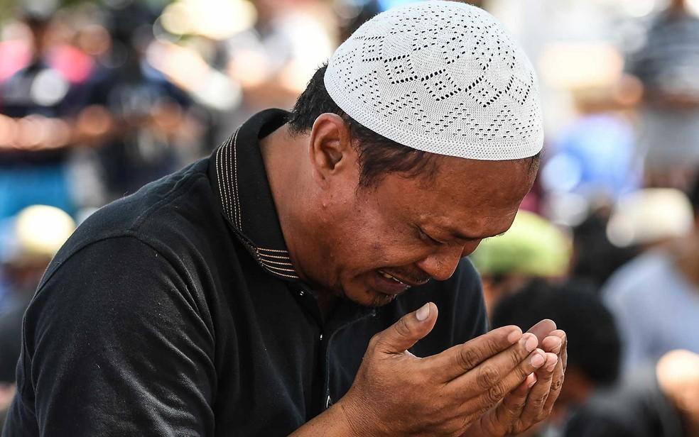 Homem chora na Indonésia — Foto: Mohd Rasfan / AFP
