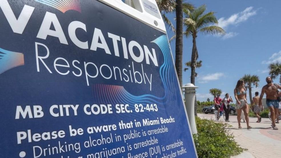 'Férias com responsabilidade' é o slogan da cidade de Miami Beach para o 'spring break' — Foto: EPA/BBC