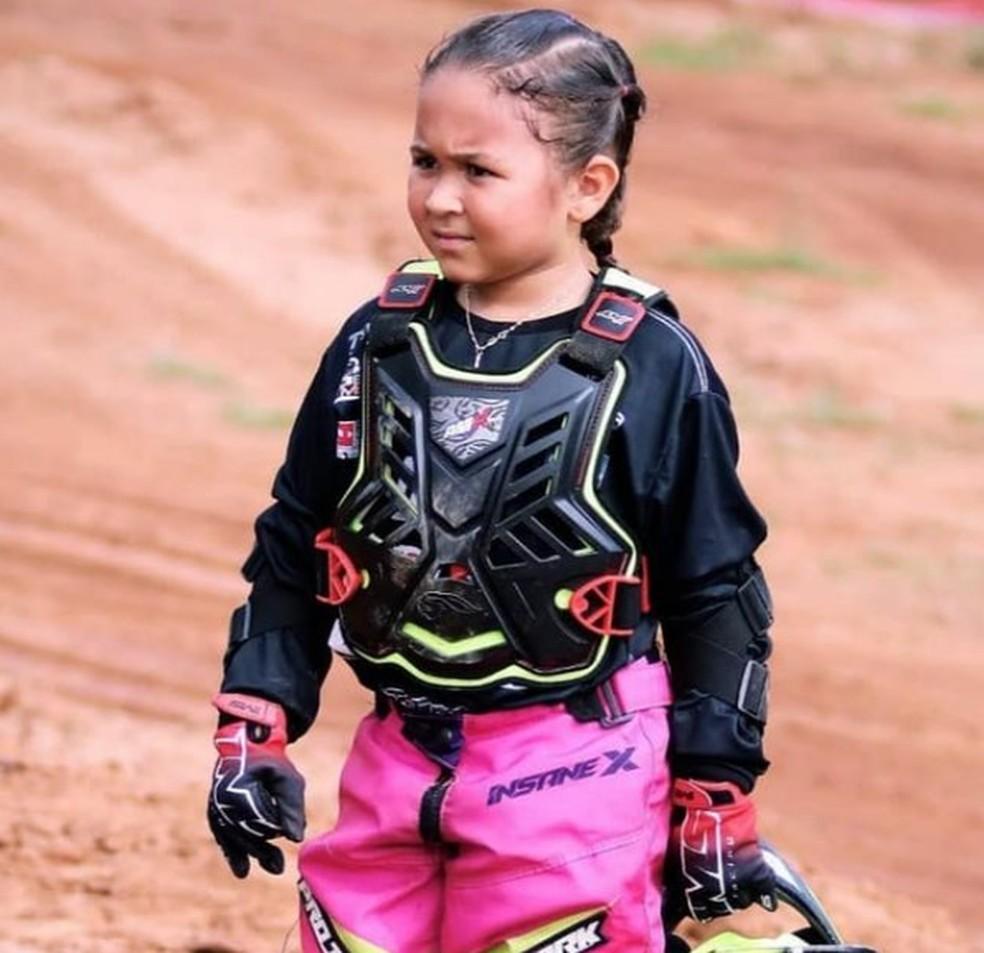 bebe-radical Inspirada por Rayssa Leal, pilota de motocross de 6 anos começa a praticar skate: 'o estilo dela é muito top'