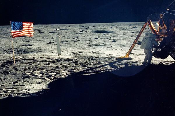 O astronauta Neil Armstrong na Lua próximo da bandeira dos Estados Unidos em 1969 (Foto: Getty Images)