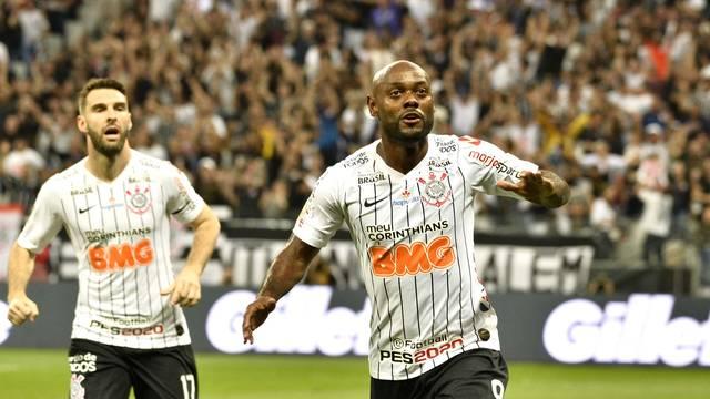 Gol de Vagner Love em Corinthians x CSA