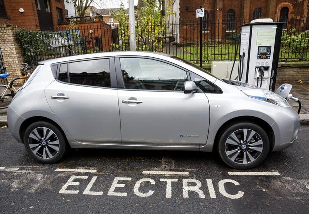 Posto de recarga dos carros elétricos é um dos desafios para a sua implementação no Brasil (Foto: Miles Willis / Getty Images)