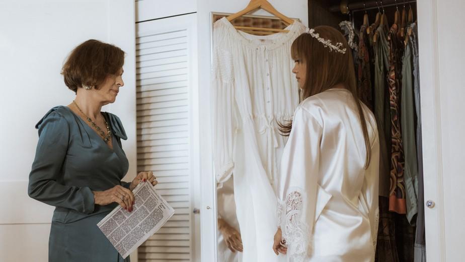 Alice se lembra de Renato momentos antes do casamento