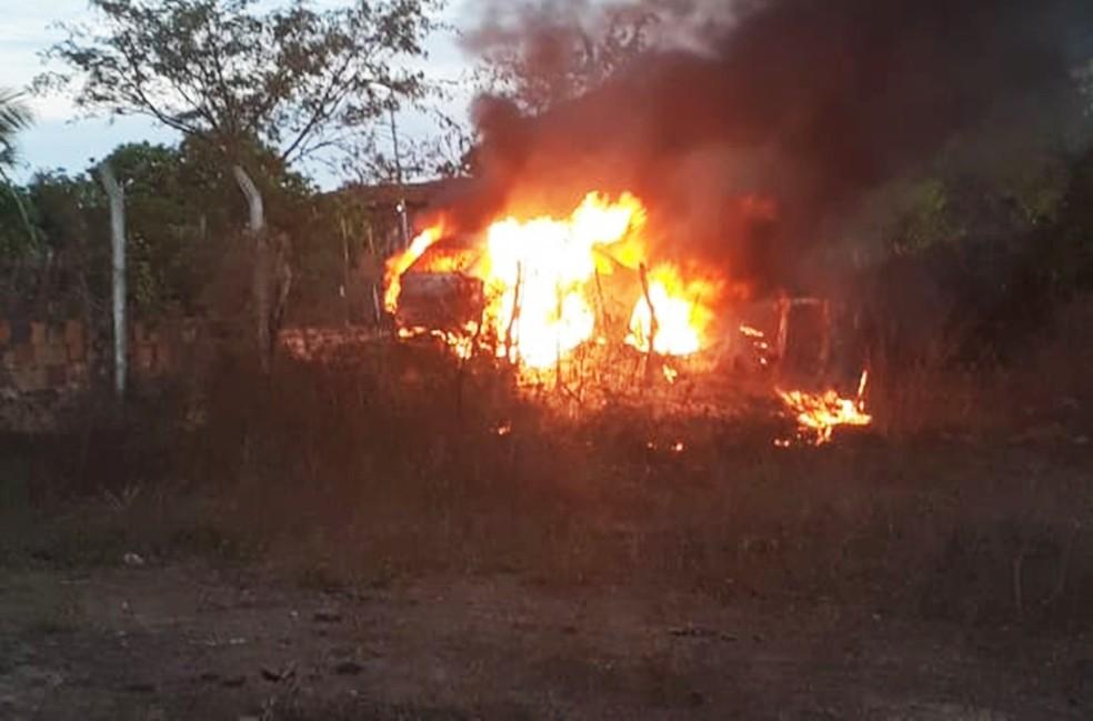 Gol foi incendiado em uma estrada de terra que dá acesso ao município de Espírito Santo — Foto: PM/Divulgação