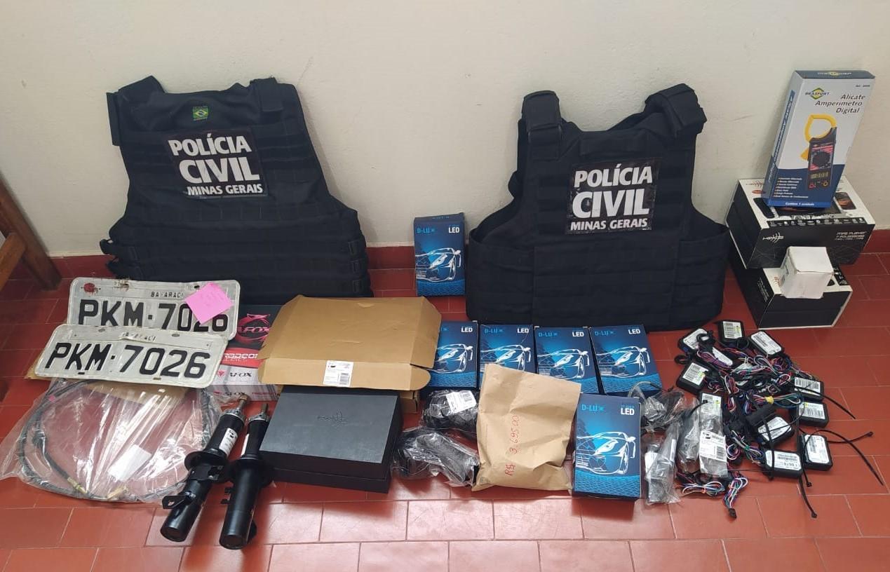 Polícia Civil apreende veículos, R$ 107 mil em cheques e R$ 10 mil durante operação em Taiobeiras