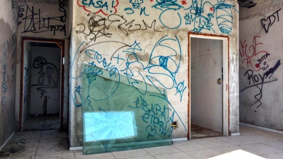 Espaço destinado a ser escritório e oficina de skate, ao lado da pista de skate do CFO, está em situação de abandono (Foto: Juscelino Filho/G1)