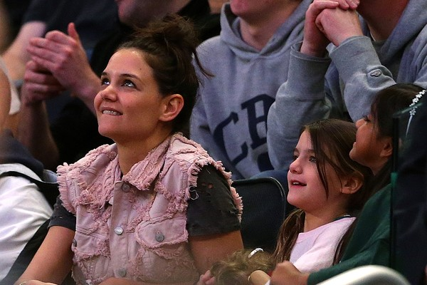 Katie Holmes e a filha, Suri Cruise, assistem a partida de basquete. (Foto: Getty Images)