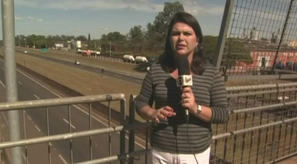 Reportagem da EPTV mostrava saída de caminhoneiros da Rodovia Anhanguera em Leme (Foto: Marlon Tavoni/EPTV)