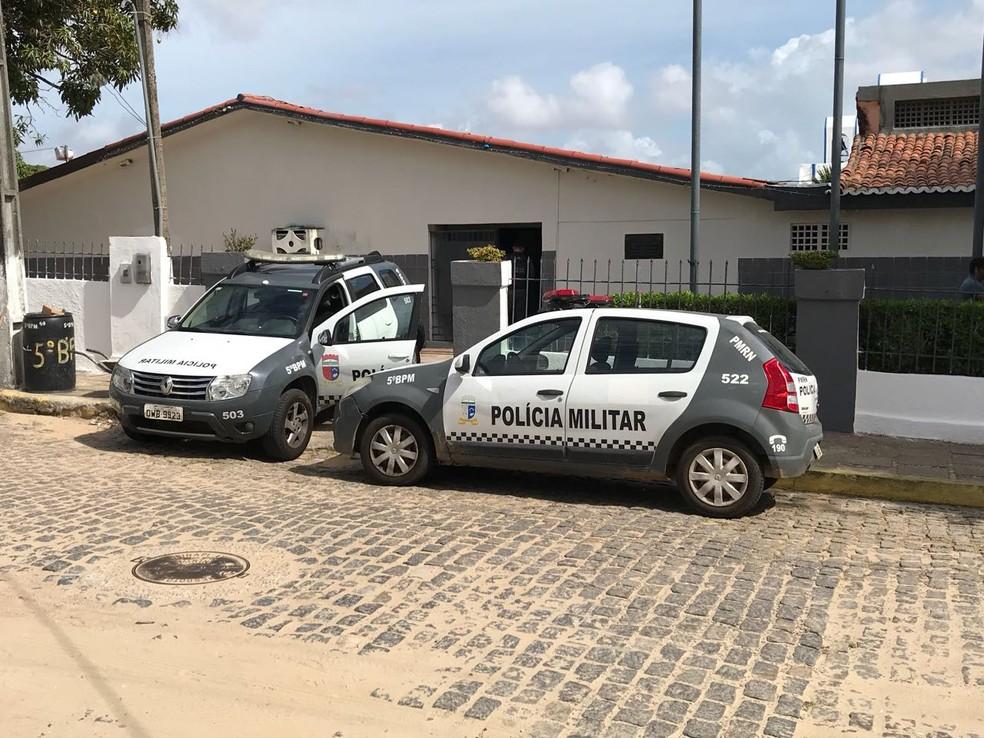Viaturas paradas em frente ao 5º batalhão, na Zona Oeste de Natal (Foto: Kleber Teixeira/Inter TV Cabugi)