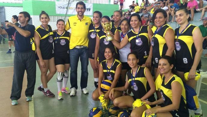 Maurício Lima entrega medalhas de terceiro lugar ao time feminino. (Foto: Júlia Carvalho)
