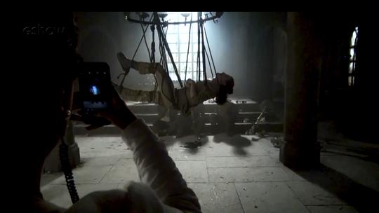 'Deus Salve o Rei': veja como foi feita a cena em que Rodolfo fica preso no lustre