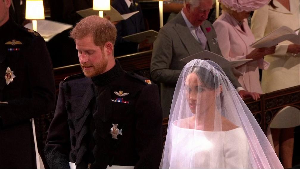 Príncipe Harry e Meghan Markle no altar (Foto: Reprodução/TV Globo)