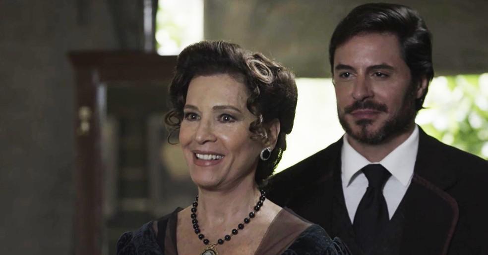 Lady chega à ferrovia com um sorriso no rosto e apresenta Xavier como novo parceiro de negócios, para surpresa de Vicente  (Foto: TV Globo)