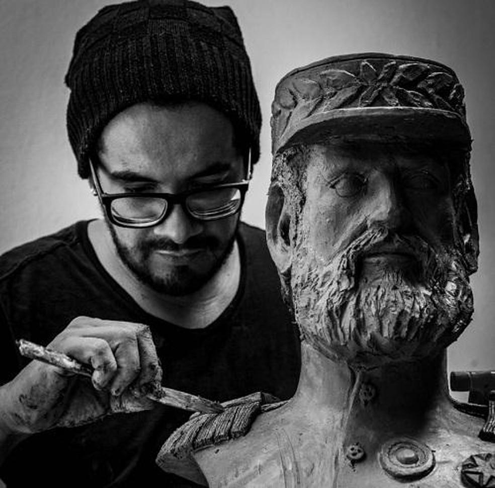 artista plástico Tchéllo Santos criou esculturas em argila para homenagear personalidades de MT — Foto: Divulgação