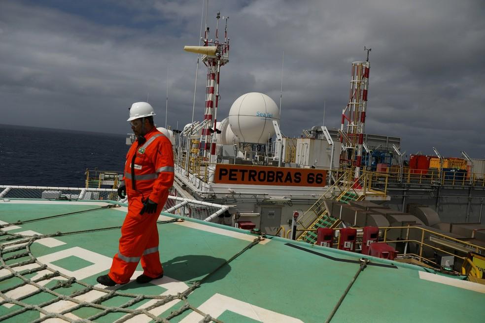 Trabalhador na plataforma da Petrobras P-66 na bacia de Santos — Foto: Reuters/Pilar Olivares