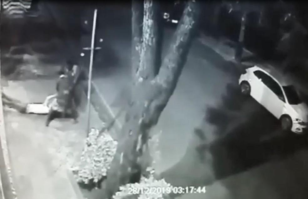 Homem é arrastado por dois suspeitos na calçada, em BH — Foto: Reprodução/TV Globo
