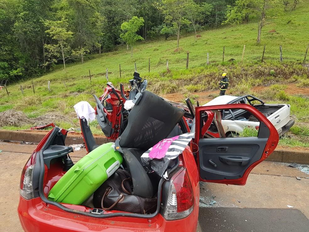 Condutora de carro fica presa às ferragens após acidente na BR-050 em Araguari — Foto: Corpo de Bombeiros/Divulgação