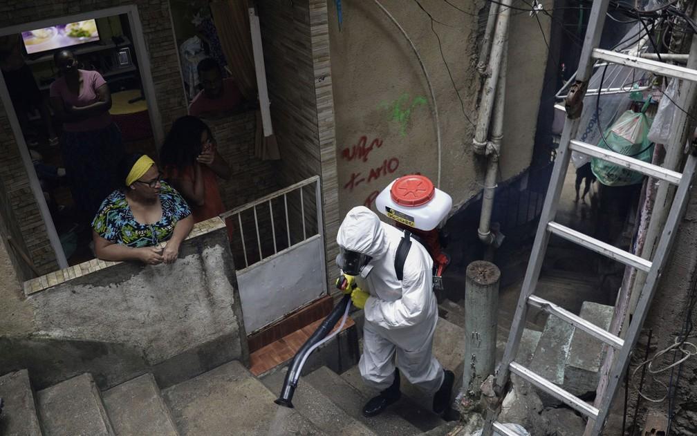Escadaria é desinfetada na comunidade Santa Marta, no Rio de Janeiro, em imagem do dia 9 — Foto: Ricardo Moraes/Reuters