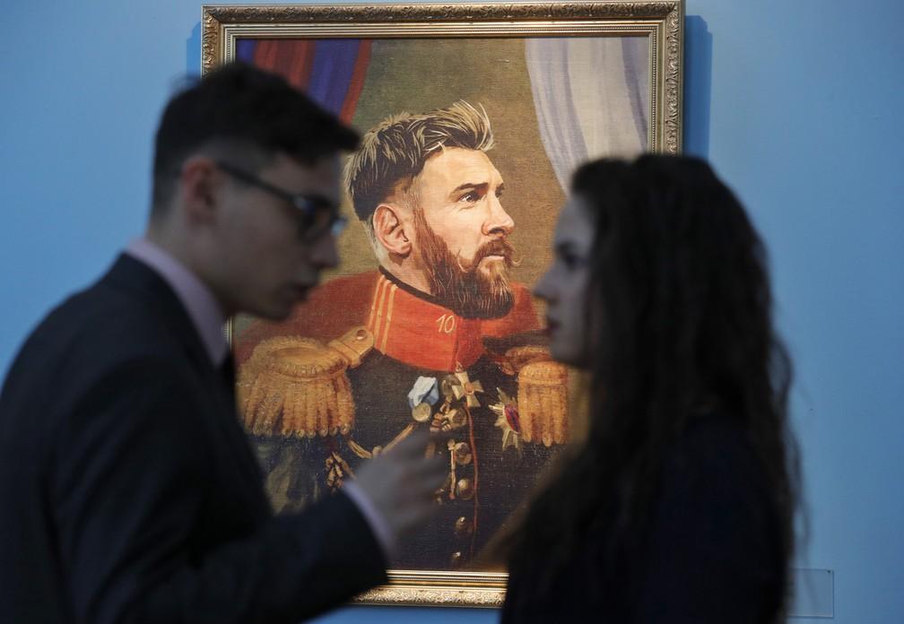 """Retrato do jogador argentino Lionel Messi na exposição """"Like the Gods"""" no Museu da Academia Russa de Artes em São Petersburgo (Foto: AP Photo/Dmitri Lovetsky)"""