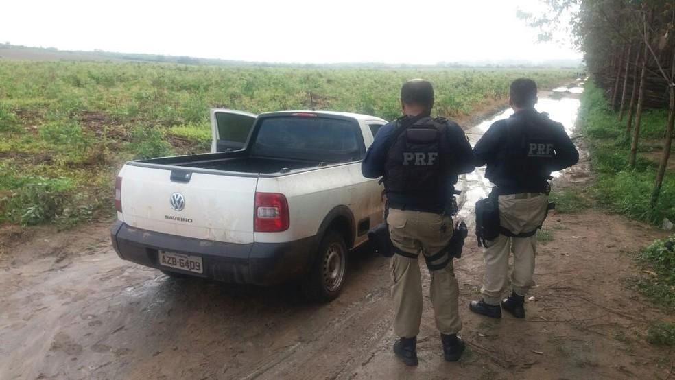 Equipe da PRF encontrou veículo roubado e usado pelos criminosos durante fuga. (Foto: Divulgação/Polícia Rodoviária Federal)