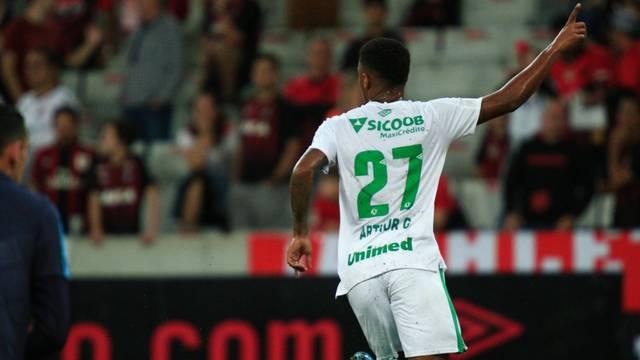 Arthur Gomes comemora o gol que abriu o placar na Arena da Baixada