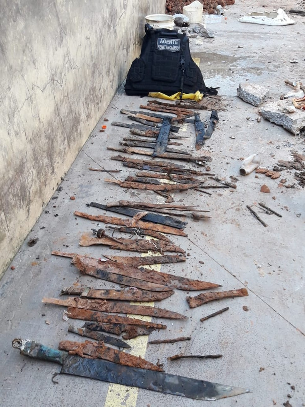Armas foram encontradas embaixo de piso de celas nesta quinta (11) — Foto: Divulgação/Iapen-AC