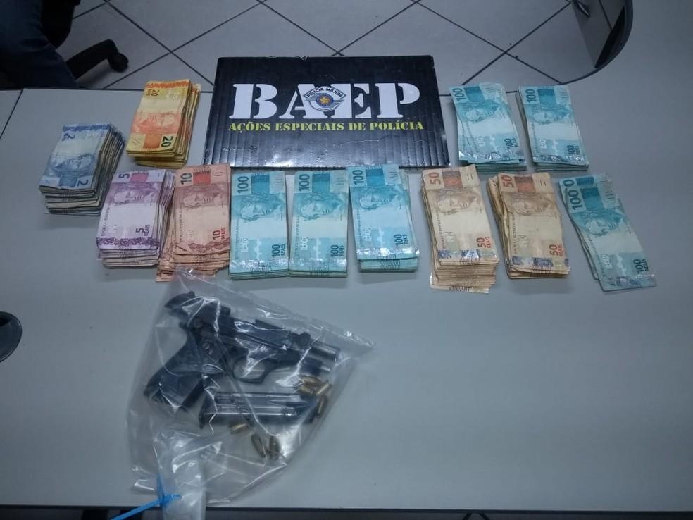 Dinheiro e pistola apreendidos por policiais do Baep de Campinas (SP) nesta sexta (29) — Foto: Polícia Militar/Baep/Divulgação