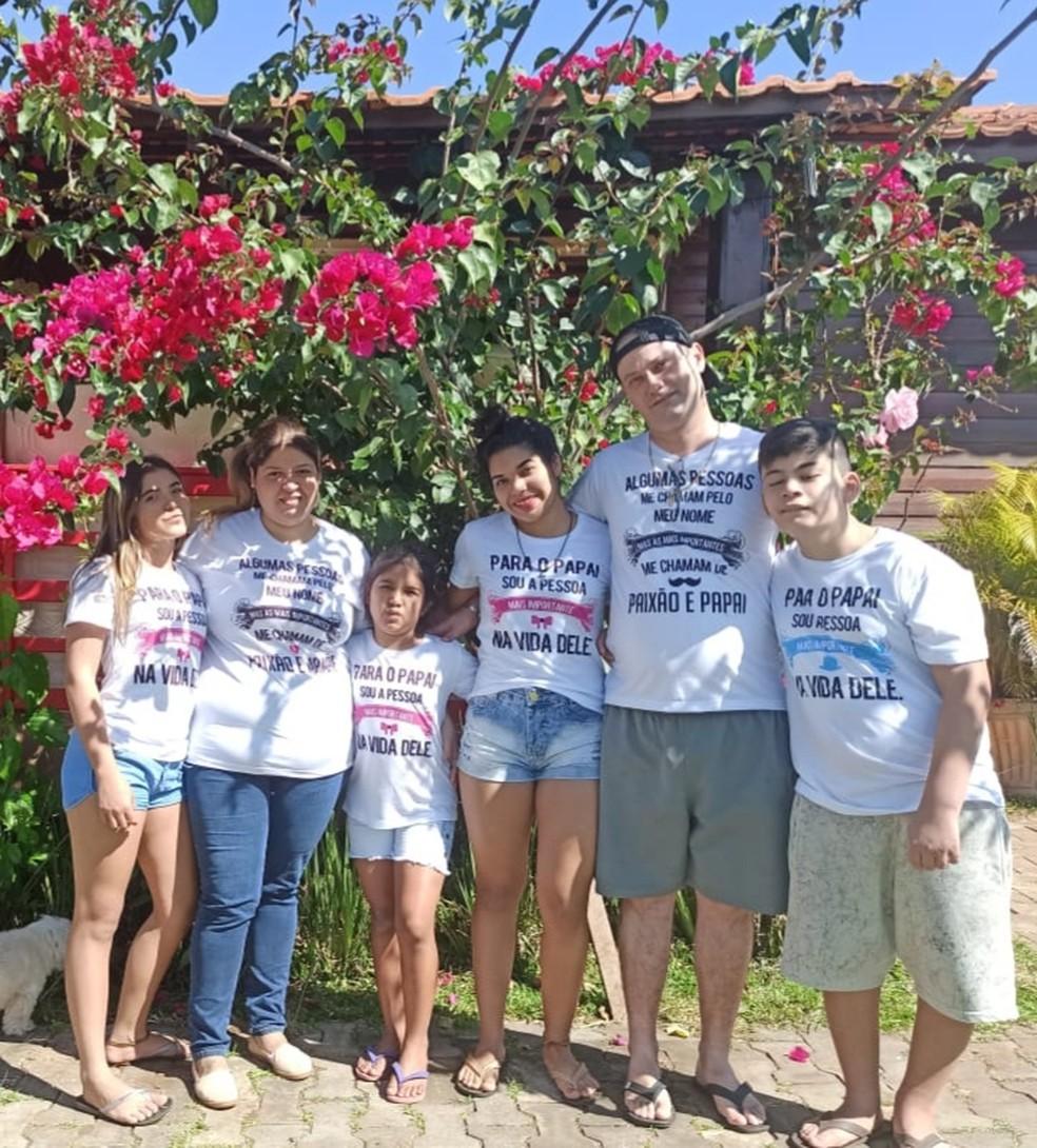 Thaisa, o marido, as três filhas e o novo integrante da família — Foto: Thaisa Fonseca/Arquivo pessoal