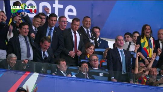 Jair Bolsonaro perde o equilíbrio e quase cai após primeiro gol da Seleção no Maracanã; veja vídeo