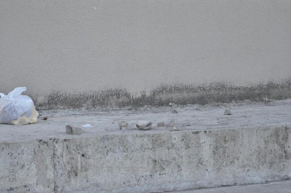 Pedaços de concreto caíram da cobertura da arquibancada sombra do estádio Almeidão, em João Pessoa — Foto: Pedro Alves/Globoesporte.com