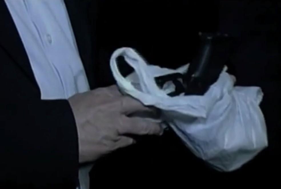 Arma encontrada pela Polícia Civil do Ceará na casa do procurador aposentado — Foto: TV Verdes Mares/Reprodução