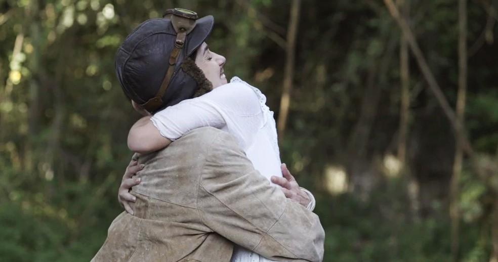 No final da voltinha, Cecília dá um abraço na irmã e elas não percebem que Brandão se aproxima  (Foto: TV Globo)