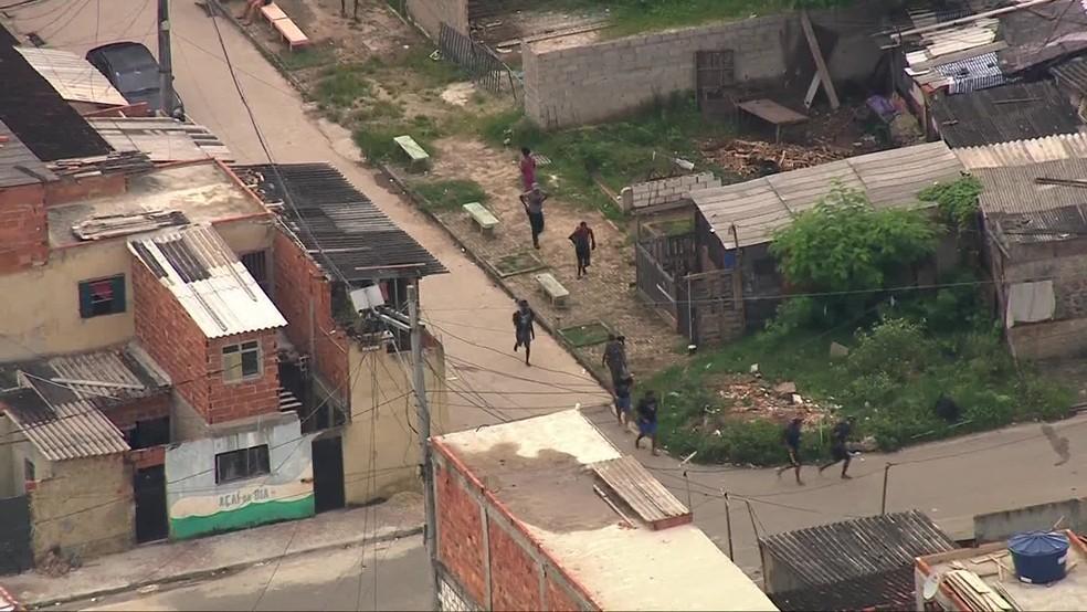 Criminosos fogem de operação da PM na Cidade de Deus — Foto: Reprodução / TV Globo