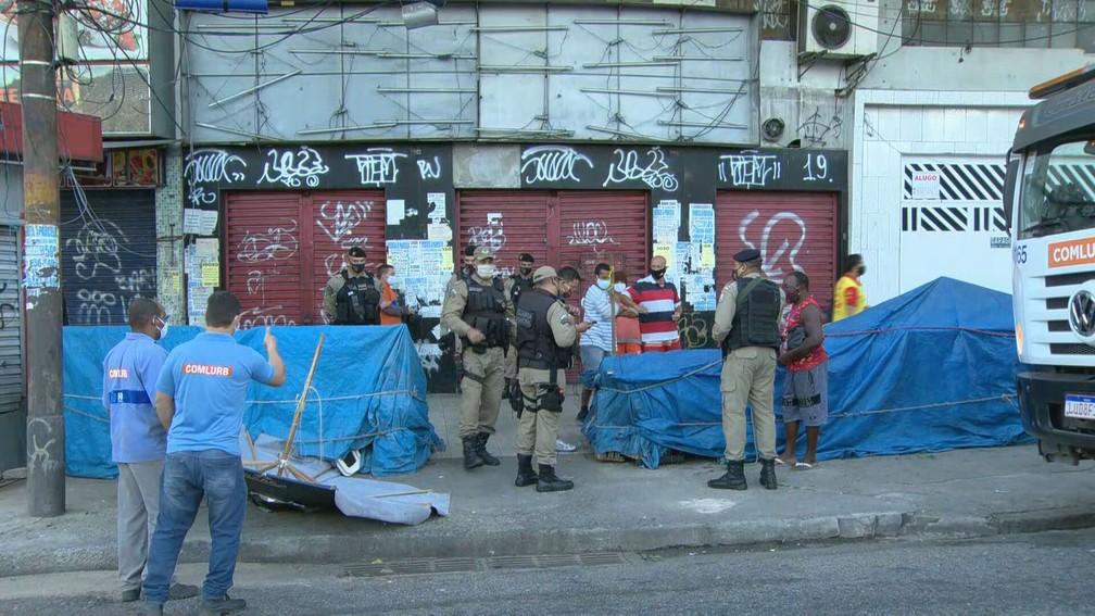 Guardas retiram barracas de ambulantes em Madureira — Foto: Reprodução/TV Globo