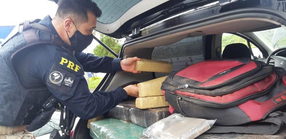 Entorpecentes foram encontrados no porta-malas de carro em Ourinhos — Foto: Polícia Rodoviária Federal/Divulgação