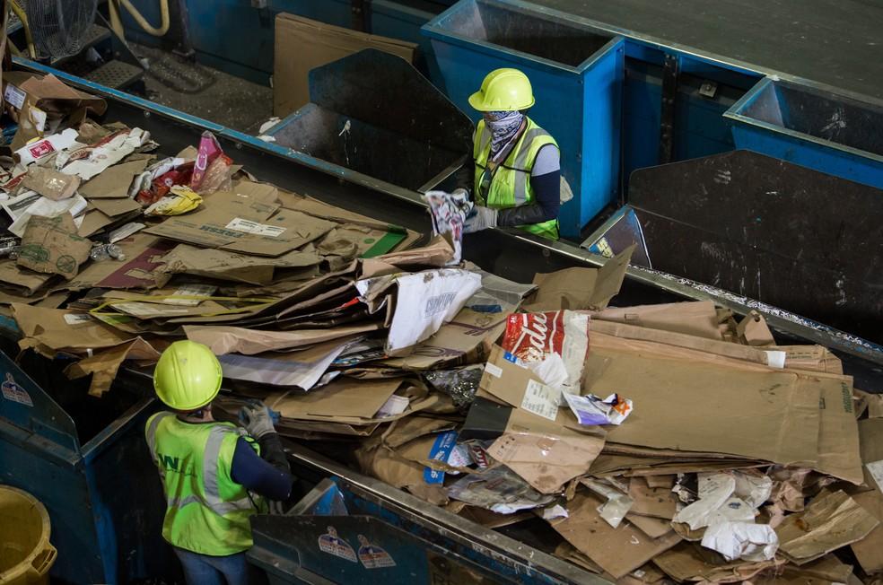 Grupo trabalha para tentar 'limpar' lixo nos EUA (Foto: Saul Loeb/AFP)